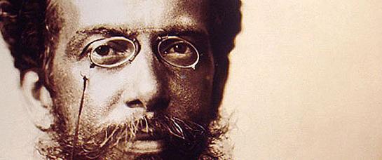 Machado de Assis, negro, de origem humilde e fundador da Academia Brasileira de Letras